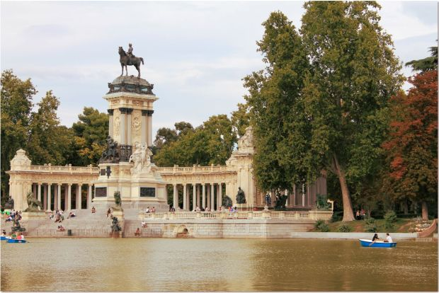 retiro lake and statue