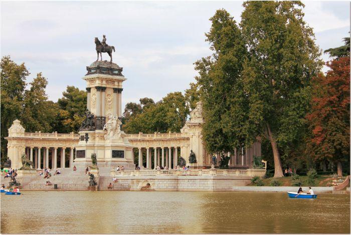 retiro lake and statue